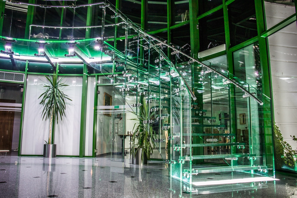 Balustrady całoszklane samonośne – efekt tafli szkła unoszącej się w powietrzu