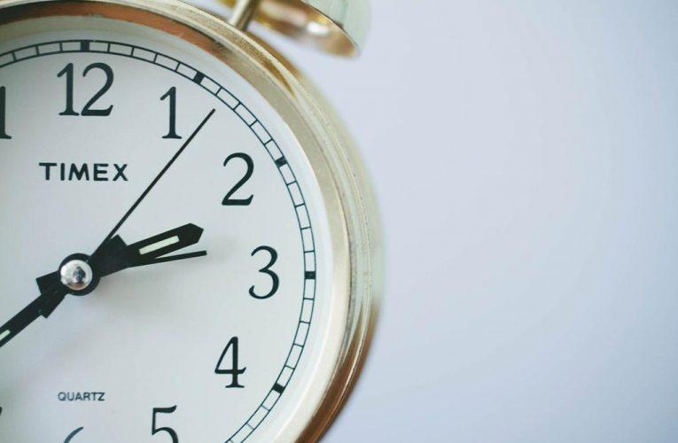 Czy warto inwestować w zegary reklamowe ścienne